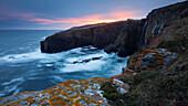 Letztes Abendrot über den spektakulären Felsen von Whaligoe in den Nordost Highlands, Schottland, Großbritannien
