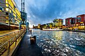 Winterliche Stimmung und Abenddämmerung an den Magellan-Terrassen in der Hafencity Hamburg, Deutschland