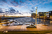 Sonnenuntergang an den Marco-Polo-Terrassen in der Hafencity Hamburg, Deutschland