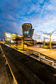 Sonnenuntergang an den Marco-Polo-Terrassen und dem Marco-Polo-Tower in der Hafencity Hamburg, Deutschland