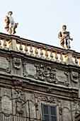 Ausschnitt einer Hausfassade mit Statuen im Abendlicht, Piazza delle Erbe, Verona, Venetien, Italien