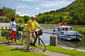 Cyclist, Houseboat in the Doubs-Rhine-Rhone-channel at Lock 43 Douvot, PK 99, Doubs, Region Franche-Comte, France, Europe