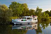 Houseboat in the Doubs-Rhine-Rhône-channel near Lock 48 Chalèze, Doubs, Region Franche-Comte, France, Europe
