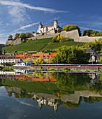 Festung Marienberg, Spiegelung im Wasser, Main, Würzburg, Bayern, Deutschland