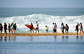 USA, Hawaii, Oahu, a surfer and spectators on the beach at Waimea, Bay