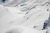 Zwei Skifahrer bei der Abfahrt vom Wängerhorn, Turtmanntal, Kanton Wallis, Schweiz