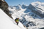 Skifahrer bei der Abfahrt vom Wängerhorn, Turtmanntal, Kanton Wallis, Schweiz
