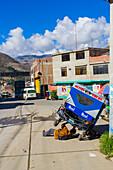 Mann repariert eine Motorradtaxi, Huaraz, Ancash, Peru