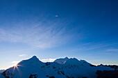 Tocllaraju und Chinchey im Sonnenaufgang, Urus, Pashpa, Ishinca Tal, Huaraz, Ancash, Cordillera Blanca, Peru