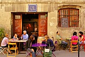 France. Aquitaine. Gironde.  ´Caviste´ wine merchant ´Chez Nous´, at the Saint Michel district, at Bordeaux