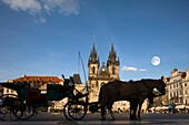 HORSE CARRIAGE TYN CHURCH OLD TOWN SQUARE STAROMESTSKE NAMESTI PRAGUE CZECH REPUBLIC