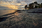 Sonnenuntergang, Petroglyphen des östlichen Ufer des Sees Onega, Republik Karelien, Russland