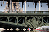 Pont de Bir-Hakeim, Eiffel Tower in the background, Paris, France, Europe, UNESCO World Heritage Sites (bank of Seine between Pont de Sully und Pont d'Iena)