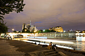 View from Quai de la Tournelle towards the Cathedrale Notre-Dame de Paris at night, Ile de la Cite, Paris, France, Europe, UNESCO World Heritage Sites (bank of Seine between Pont de Sully und Pont d'Iena)