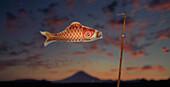 Papierfisch- Windspiel vor Abendhimmel, Japan