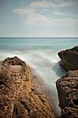 Blick über Felsen auf die Adria am Don Beach in Ulcinj, Adria Mittelmeerküste, Montenegro, Balkan Halbinsel, Europa, Langzeitbelichtung