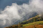 Strommasten im Nebel, Kaprun, Salzburg, Österreich
