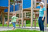 Frau mit Enkelin (3 Jahre) auf einem Spielplatz, Steiermark, Österreich