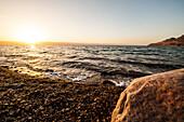 Salzverkrusteter Stein am Toten Meer im Sonnenuntergang, Jordanien, Naher Osten