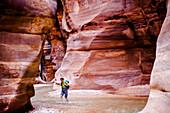 Frau wandert durch eine Schlucht, Wadi Mujib, Jordanien, Naher Osten