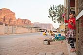 Mädchen kommt aus einem Dorfladen, Wadi Rum, Jordanien, Naher Osten