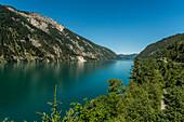 Blick über Achensee auf Achenkirch, Tirol, Österreich