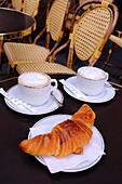 Kaffee und Croissant am Place Colette, Paris, Frankreich, Europa