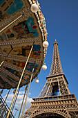 Karussell am Eiffelturm, Paris, Frankreich, Europa