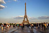Touristen am Eiffelturm, Paris, Frankreich, Europa