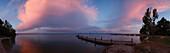 Steg am Seeufer, Wolken bei Sonnenuntergang, Castiglione del Lago, Lago Trasimeno, Trasimenischer See, Provinz Perugia, Umbrien, Italien, Europa