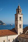 Blick von der Stadtmauer auf Kirchturm in der Altstadt und Kreuzfahrtschiff MV Silver Spirit, Silversea Cruises, auf Reede im Hafen, Dubrovnik, Dalmatien, Kroatien, Europa