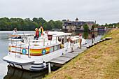 Houseboat on the river Mayenne at lock No 43, La Roussiere, Dept. Maine-et-Loire, Region Pays de la Loire, France, Europe