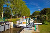 Houseboat on the river Sarthe at lock no 8 Noyen, PK 41, Dept. Sarthe, Region Pays de la Loire, France, Europe