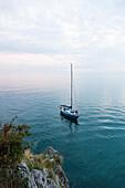 Segelboot ankert vor der Küste, Golf von Triest, Görz, Friaul-Julisch Venetien, Italien