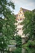 Blick über Donau auf historisches Gebäude, Munderkingen, Baden-Württemberg, Deutschland