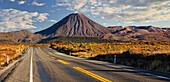 State Highway Number 1, Mount Ngauruhoe, Tongariro Nationalpark, Manawatu-Manganui, North Island, New Zealand