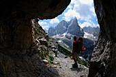 Mountaineer ascending to Rifugio Brentei, Val Brentei, Brenta Dolomites, Trentino, Italien