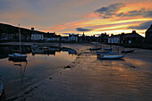 Boote liegen im Schlick, Stonehaven, Aberdeenshire, Schottland, Großbritannien