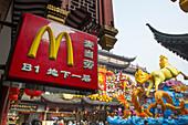McDonald's Schild und Chinesisches Neujahrsfest Dekoration in der Altstadt, Nanshi, Shanghai, China