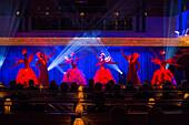 Das Show Ballett Imperio während einer Darbietung im Kaisersaal an Bord vom Kreuzfahrtschiff MS Deutschland, Reederei Peter Deilmann, Shanghai, China