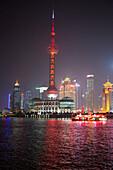 Huangpu Fluss mit Oriental Pearl Tower und Pudong Skyline bei Nacht, Shanghai, China