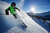 Junge fährt vom Helm (Monte Elmo) ab, Sexten, Südtirol, Italien