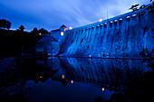 Edertalsperre dam on Lake Edersee in Kellerwald-Edersee National Park, illuminated by blue light at dusk, Lake Edersee, Hesse, Germany, Europe