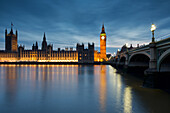 Westminster and Big Ben reflecting in the Tamigi river with the night lights