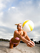 A women dives for a volleyball on the beach  releasecode: 20071020-SaraJohnson.jpg