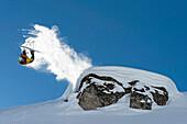 Skifahrer macht massiven Backflip über Kliff und zieht Schweif hinterher, Hochfügen, Zillertal, Österreich