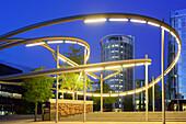 Beleuchtete Magellan Terrassen mit Gebäude Coffee Plaza im Hintergrund, Sandtorhafen, Hafencity, Hamburg, Deutschland