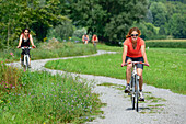 Cyclists passing Inn cycle route, Neubeuern, Upper Bavaria, Bavaria, Germany