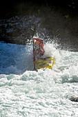 Paddler sticht durch Welle, Rissbach, Karwendel, Österreich