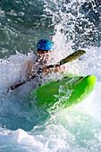 Paddler sticht durch Welle, Al-Ain, Dubai, VAE